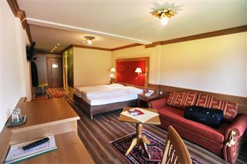 Doppelzimmer mit Doppelbett und Couch