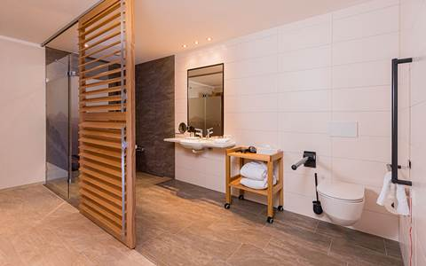 Spacious bathroom in the room Grenzenlos