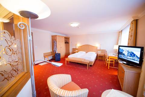 Double room with TV area