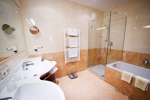 Badezimmer in der Suite Bergwelt