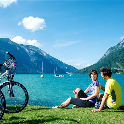 Pärchen mit Fahrrädern am Achensee