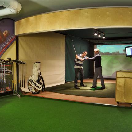 Golfübungen im Golfsimulator