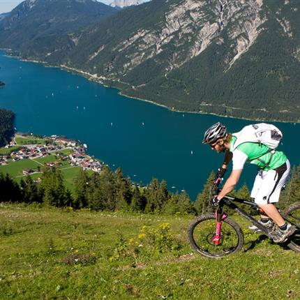 Mountainbiker in den Bergen mit Seeblick