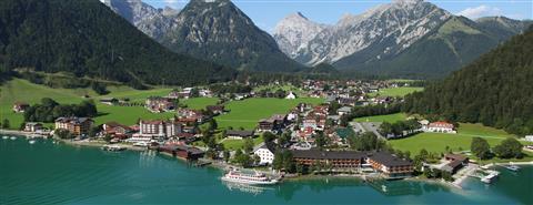 Dorf am Seeufer