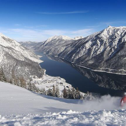 Skiabfahrt mit Seeblick