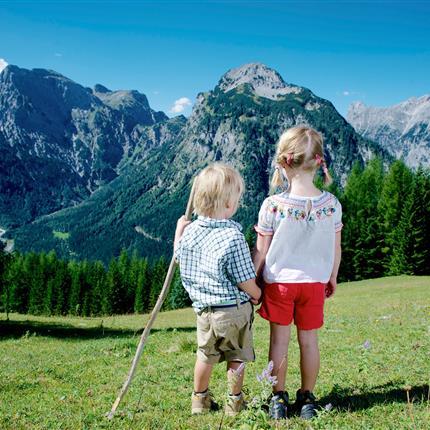 Geschwister beim Wandern