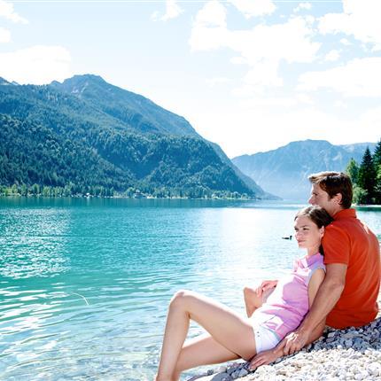 Pärchen entspannt am Achensee