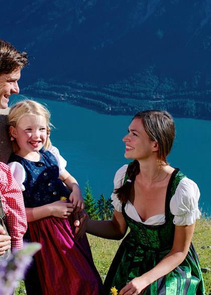 Glückliche Familie in den Bergen