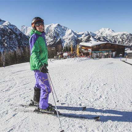 Skifahrer vor Bergstation
